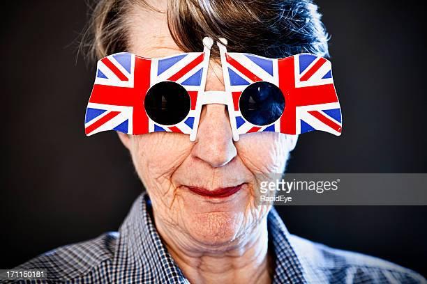 Mad vieille femme à lunettes de soleil et sourire Union Jack