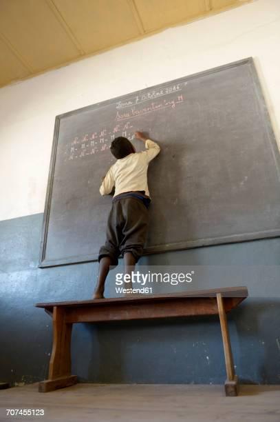 madagascar, fianarantsoa, schoolboy writing on blackboard - madagascar enfant photos et images de collection