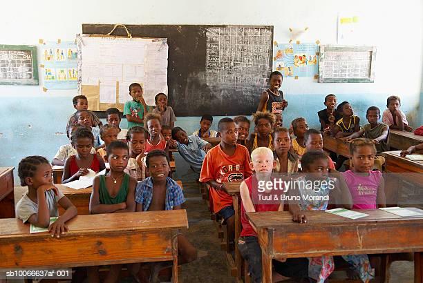 madagascar, ifaty, children sitting in classroom - madagascar enfant photos et images de collection