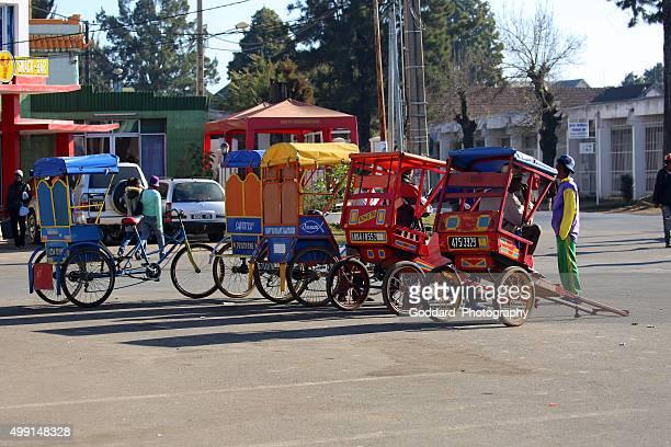 madagascar: rickshaw (pousse-pousse) en antsirabe - madagascar fotografías e imágenes de stock