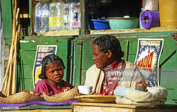 Madagaskar: Frau mit Kind auf dem Markt in Ranohira.