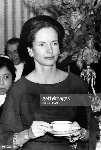 Madame AnneAymone Giscard d'Estaing épouse de Valéry Giscard d'Estaing président de la République reçoit les femmes ambassadeurs à l'Elysée à Paris...