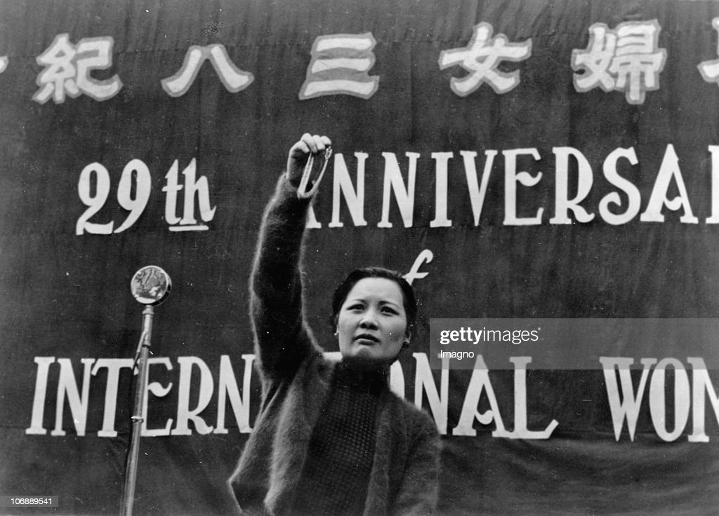 Madame Chiang Kai-shek (Soong May-ling) holds a speech in front of 10 : News Photo