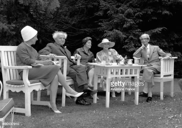 Madame Huysmans le président du conseil israélien David Ben Gourion la reine Elisabeth de Belgique et le ministre d'état Camille Huysmans dans les...