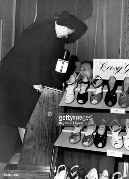 Madame Kaminskaya directrice de la maison de couture de Leningrad essaie le Pedscope une machine qui radiographie le pied dans la chaussure à Londres...