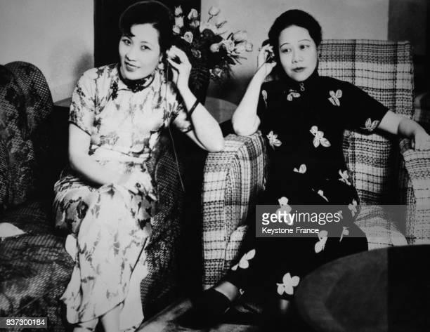 Madame Tchang Kaïchek au téléphone avec Madame Roosevelt à ses côtés sa soeur Soogn Ailing épouse du ministre des Finances Kong Xiangxi à Shanghai...
