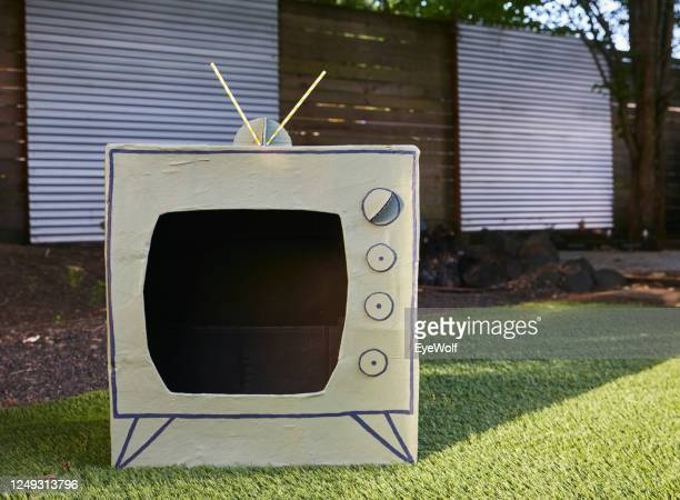a tv made from a cardboard box, sitting outside in a back yard - insight tv stock-fotos und bilder