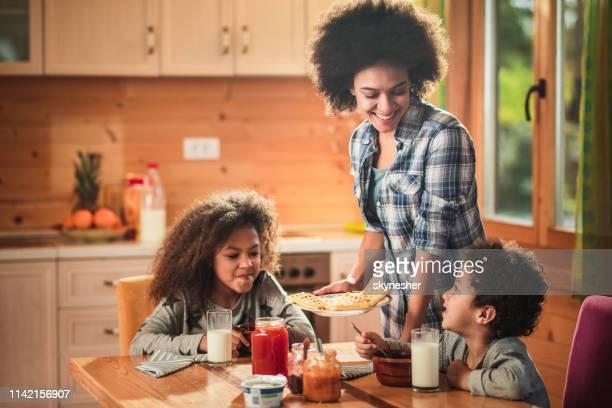 eu fiz o seu pequeno-almoço favorito! - porção de comida - fotografias e filmes do acervo