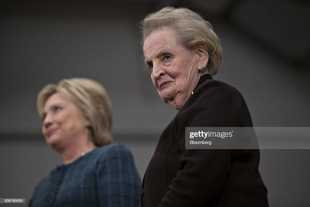 Presidential Candidate Hillary Clinton Holds New Hampshire Rally : News Photo
