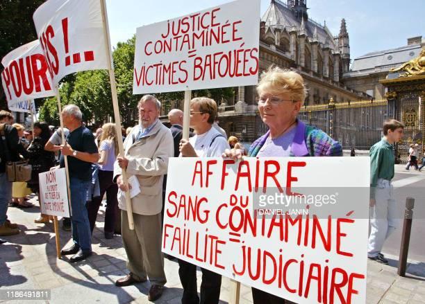 Madeleine Aloncle mère de Catherine décédée manifeste au côté de parents dont les enfants ont également été victimes du sang contaminé le 08 juillet...