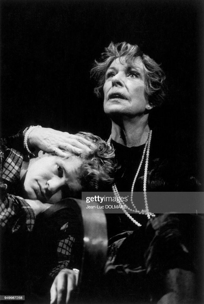 MADELEINE ROBINSON ET XAVIER DELUC JOUANT DANS LA VILLE BLEUE 1986 : Nachrichtenfoto