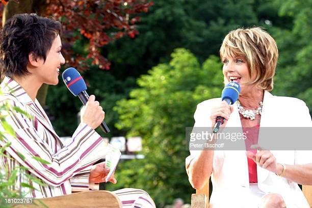 Madeleine Wehle Alida Gundlach NDRShow Aktuelle Schaubude Sommertour 2003 in Otterndorf Norddeutschland Mikrofon Moderatorin