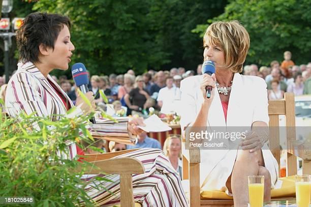 Madeleine Wehle Alida Gundlach NDRShow Aktuelle Schaubude Sommertour 2003 in Otterndorf Norddeutschland Mikrofon Moderatorin Getränke Publikum