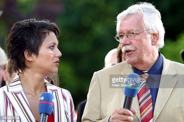 """Madeleine Wehle, Carlo von Tiedemann, NDR-Show """"Aktuelle Schaubude - Sommertour 2003 in Otterndorf"""", Norddeutschland, , Mikrofon, Moderator,..."""