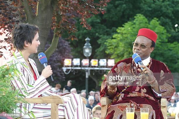 Madeleine Wehle Reverend Father Dr Dr Anthony Ekendu Onyeocha NDRShow Aktuelle Schaubude Sommertour 2003 in Otterndorf Norddeutschland Mikrofon...