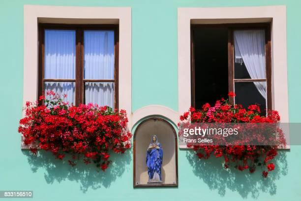 madonna on a house facade in bohemia, czech republic - frans sellies stockfoto's en -beelden