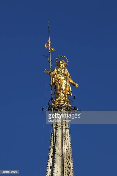 madonnina statue atop milan cathedral - massimo pizzotti foto e immagini stock