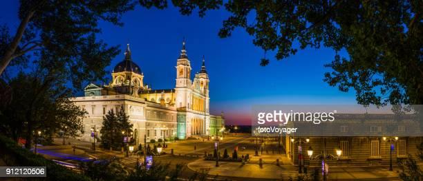 armeria de plaza de la catedral de madrid almudena iluminado en el panorama puesta del sol españa - catedral de la almudena fotografías e imágenes de stock