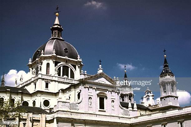madrid cathedral - catedral de la almudena fotografías e imágenes de stock