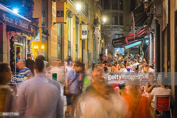 madrid multidões de diners ocupado ao ar livre restaurantes barras noite, espanha - bairro antigo imagens e fotografias de stock