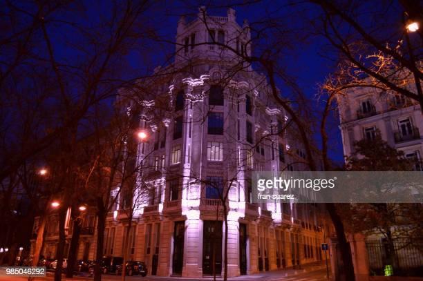 madrid de noche, un sencillo edificio - suarez stock pictures, royalty-free photos & images