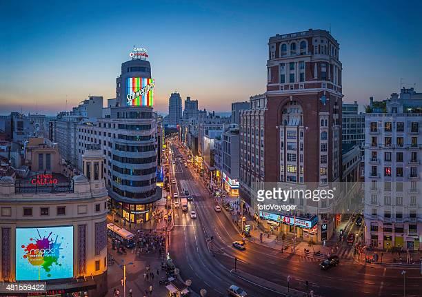 Madrid Gran Via Atestado calle de tiendas de sunset España atracciones turísticas iluminado