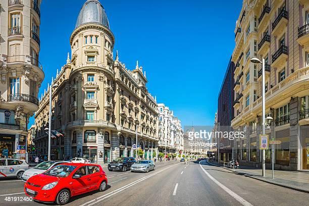 madrid gran via la famosa calle comercial en el centro de la ciudad, españa - gran via madrid fotografías e imágenes de stock