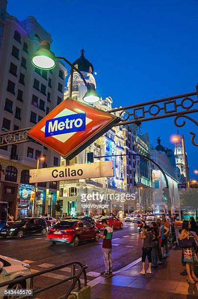 Madrid los amantes de las compras y la vida nocturna de tráfico en Gran Vía España, el Metro