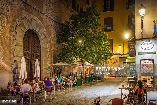 madrid pessoas relaxante no restaurante ao ar livre barras quente à noite, espanha - bairro antigo imagens e fotografias de stock