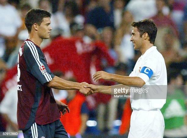 FINALE Madrid REAL MADRID FC BAYERN MUENCHEN 12 Michael BALLACK/Bayern begruesst RAUL/Madrid