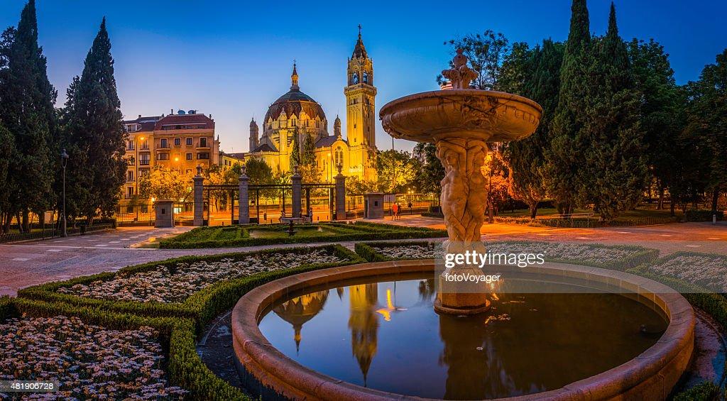 Madrid Retiro Park fuentes ornamentado church towers iluminado al atardecer España : Foto de stock