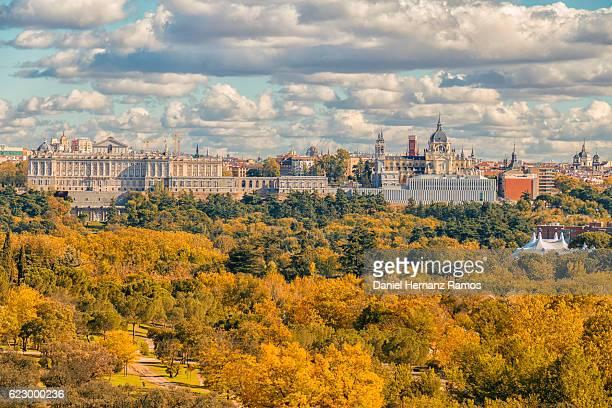 madrid skyline in autumn - catedral de la almudena fotografías e imágenes de stock