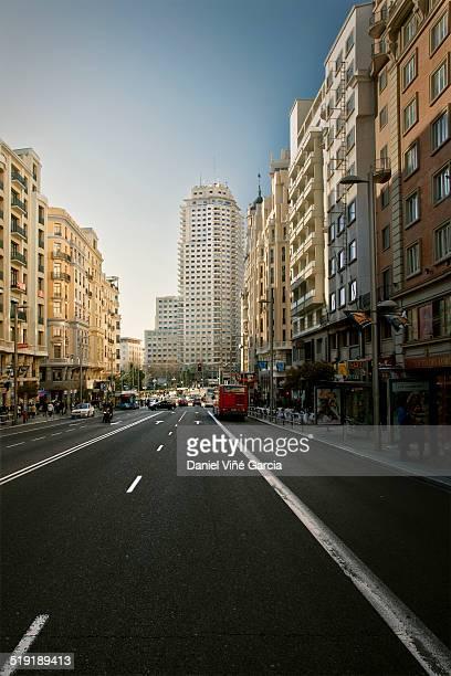 madrid skyline - gran via madrid fotografías e imágenes de stock