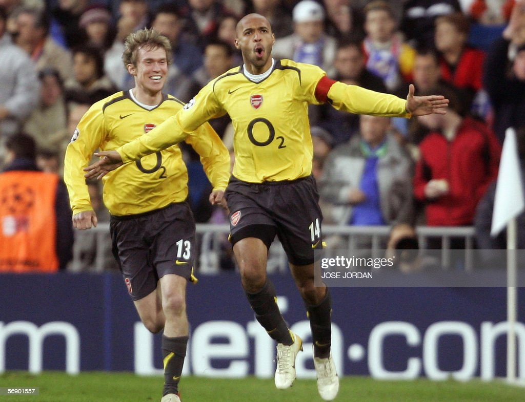 Arsenal's Frenchman Thierry Henry (R) ce : News Photo