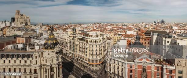 madrid, españa, como se ha visto desde arriba - gran via madrid fotografías e imágenes de stock