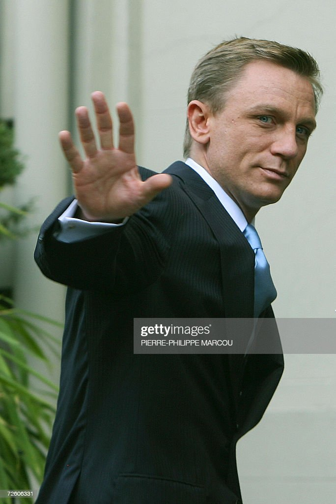 British actor Daniel Craig waves at the end of a photocall to promote the new film of Martin Campbell 'Casino Royale' in Madrid, 20 November 2006.