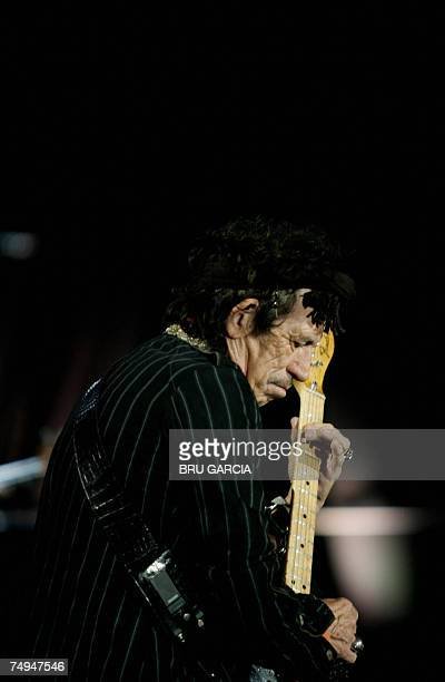 British guitarist Keith Richards of the Rolling Stones performs on the stage of the Vicente Calderon Stadium in Madrid 28 June 2007 The European leg...