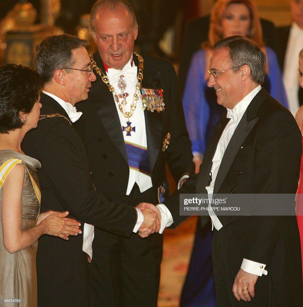 Colombian President Alvaro Uribe (L) sha : News Photo