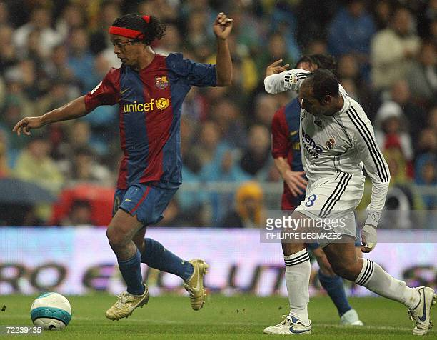 Real Madrid's Ferreira Emerson chases Barcelona's Brazilian Ronaldinho during their Spanish league football match in Madrid, 22 October 2006. AFP...
