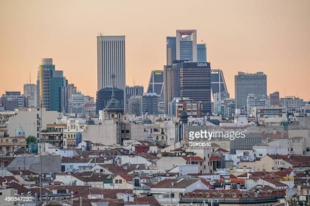 Madrid, España-Vista de los edificios de la ciudad en puesta de sol
