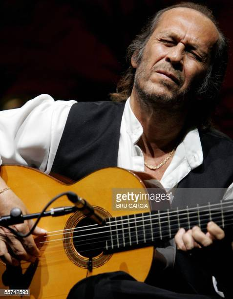Spanish guitarist Paco de Lucia plays the guitar 22 September 2005 during the presentation of his album ' Cositas Buenas' at the Las Ventas bullring...