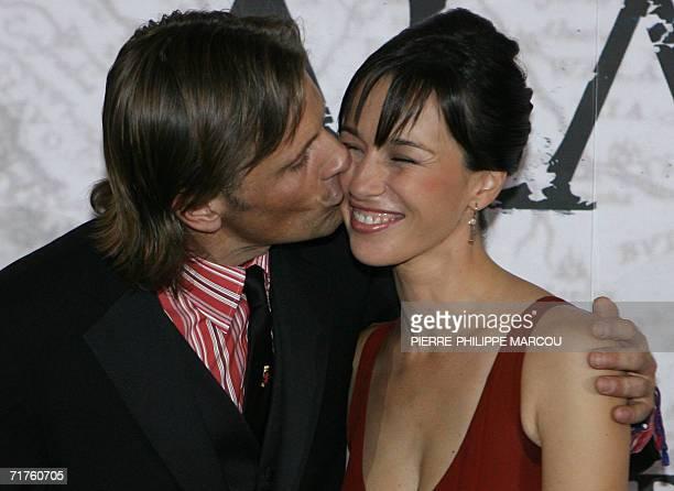 US actor Viggo Mortensen kisses Spanish actress Ariadna Gil prior to the premiere of Agustin Diaz Yanes' movie Alatriste in Madrid 31 August 2006 AFP...