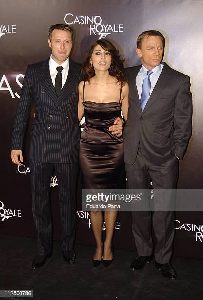 Mads Mikkelsen Caterina Murino and Daniel Craig during Casino Royale Madrid Premiere Arrivals in Madrid Spain
