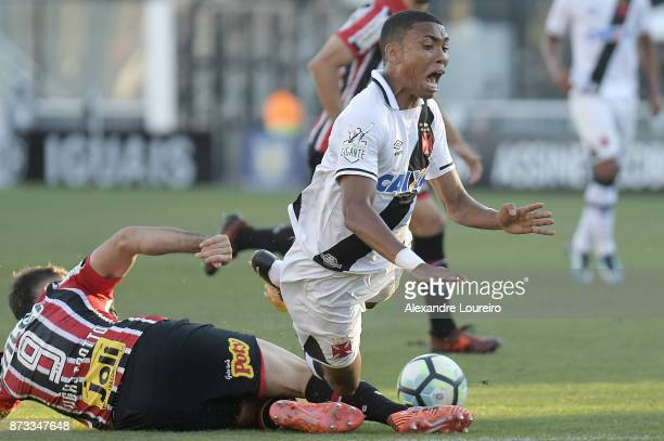 Madson of Vasco da Gama struggles for the ball with Lucas Pratto of Sao Paulo during the match between Vasco da Gama and Sao Paulo as part of...