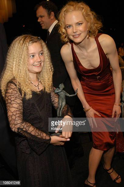Madylin Sweeten with the cast award for Everybody Loves Raymond and Nicole Kidman