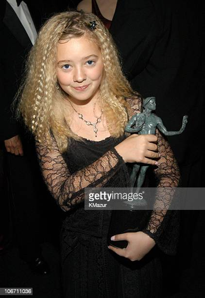 Madylin Sweeten with the cast award for Everybody Loves Raymond