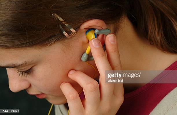 Maedchen mit Ohrhoerer
