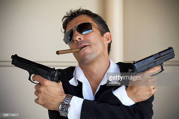 máfia chefe segurando armas e fumar charutos - assassino - fotografias e filmes do acervo