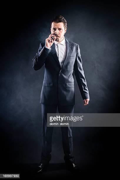 マフィアの男性喫煙葉巻スーツ、真剣な顔、まとめ髪