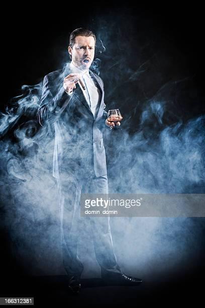 Mafioso 、ギャングに合わせて飲む喫煙葉巻、ブランデー、まとめ髪